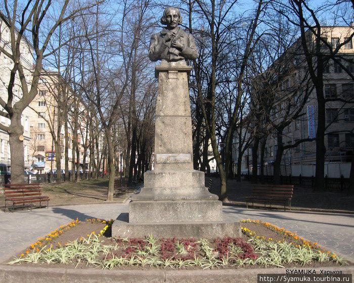 Памятник-бюст Н. В. Гоголю.