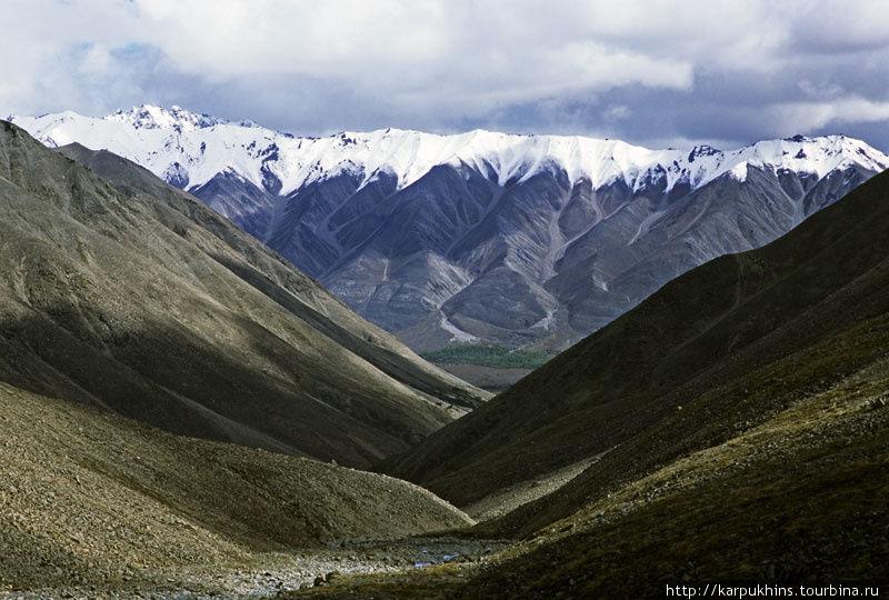 Вид на долину Правого Ниткана с перевала. Внизу поперечная долина Ниткана.