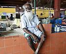 Колоритный дедуля — продавец рыбы, завидев фотоаппарат, сразу же уселся на прилавок, чтобы его лучше было видно