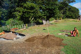 Далее выкапывается яма