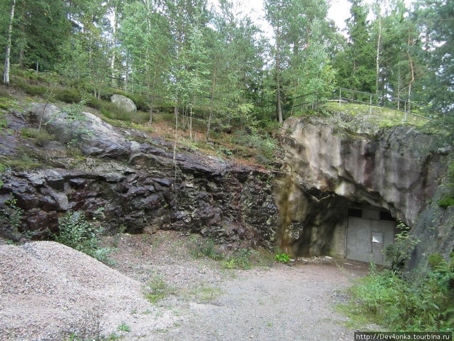 Это не трансформаторная будка, т.к. со стен обильно стекает вода. Это не хранилище сверхсекретного оружия, т.к. внутри вероятно очень сыро. Что это — до конца не понятно, возможно что-то связанное с ж/д путями, зато рассматривая досконально это место, узнали, что в Хельсинки есть свой