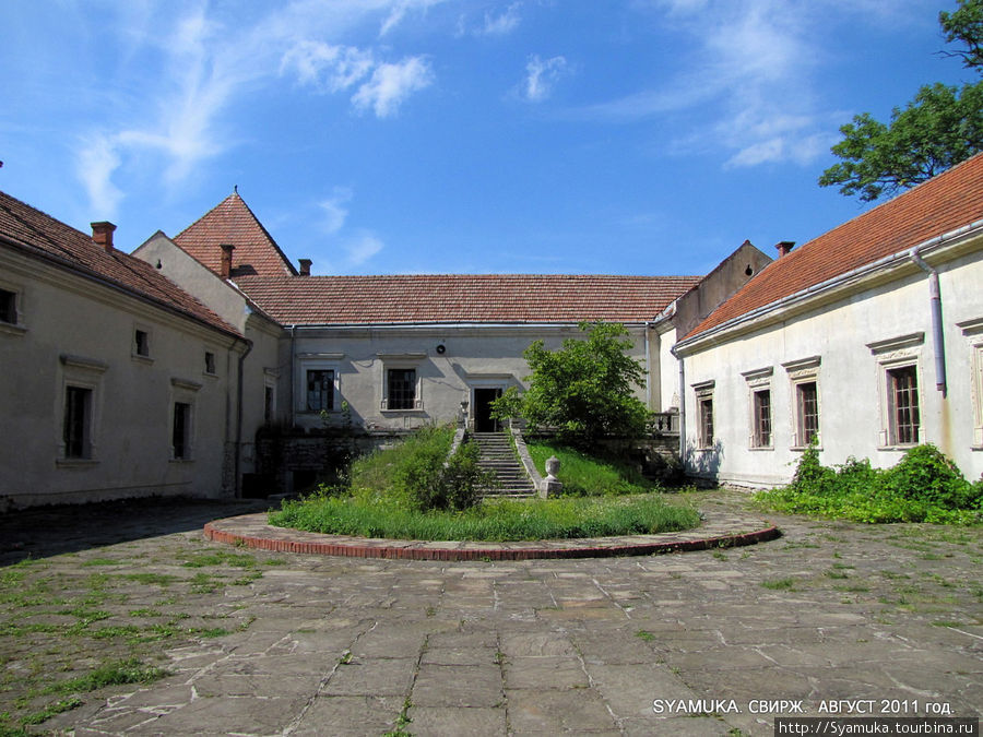 Из-под входной арки открывается вид на внутренний двор замка — верхний детинец.