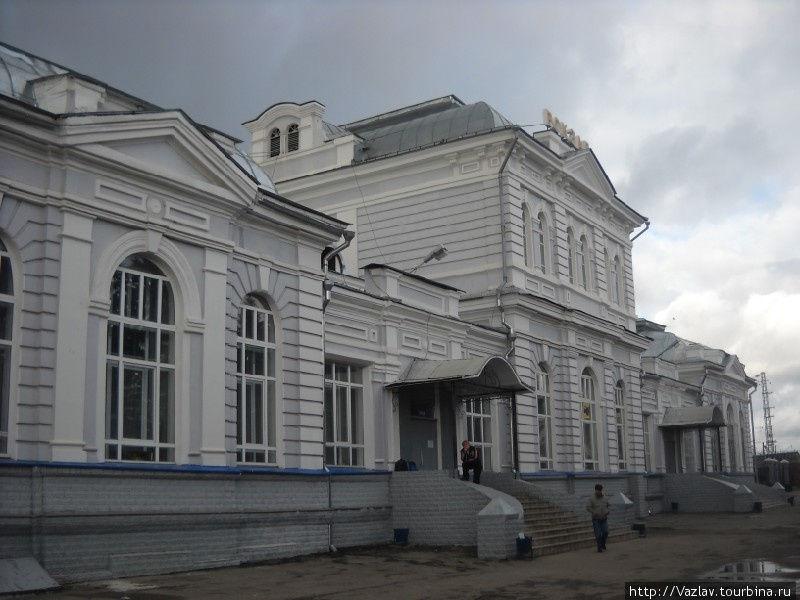 Фасад вокзала с прилегающей площади