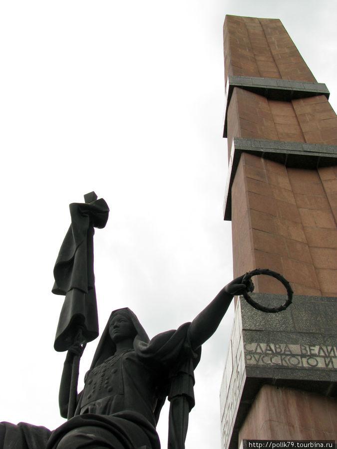 Монумент Дружбы был заложен в 1957 году в честь 400-летия добровольного вхождения Башкирии в состав Русского государства. Фигура на переднем плане — Башкирия.