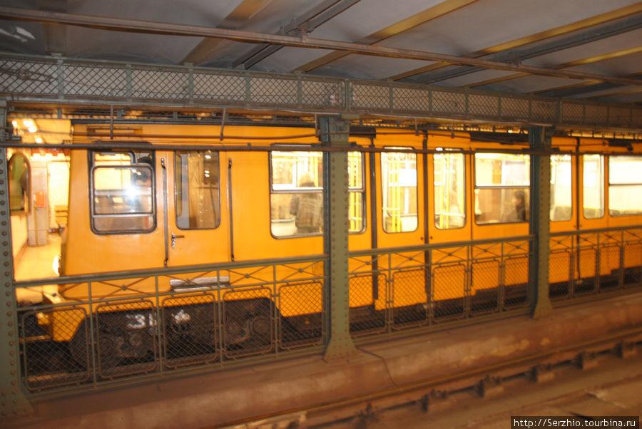 Станция и поезд на Жёлтой линии №1