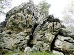 Необычной формы здесь скалистые камни, не гладкие, а словно вырезанные
