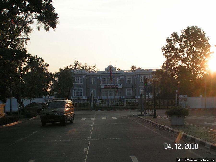 Вид на дворец со стороны центра города