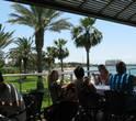 Терраса ресторана с видом на море.