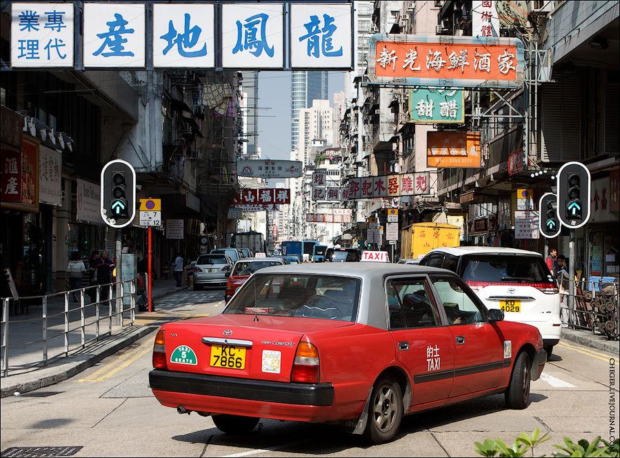 Ну вот и все про метро. Теперь про такси.  Такси только  официальные.  Все они — старые огромные внутри Тойоты (движение тут левостороннее кстати). Все оборудованы счетчиками