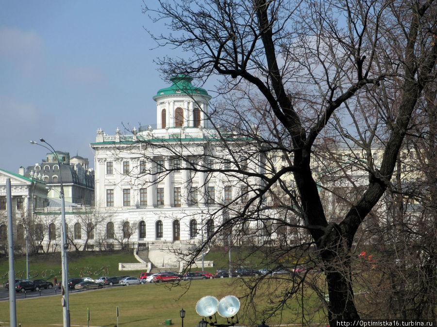 Вид из Александровского сада на Дом Пашкова (Румянцевскую библиотеку)