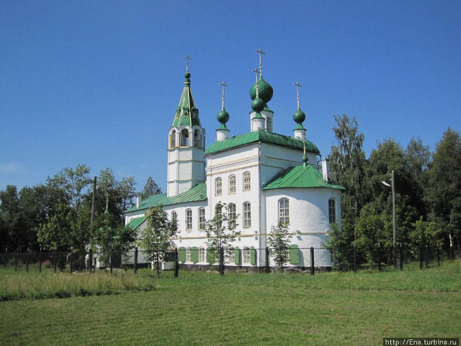 Церковь Вознесения (Леонтьевская) выгодно смотрится на открытом лугу