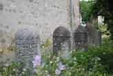 Надгробные камни возле мечети