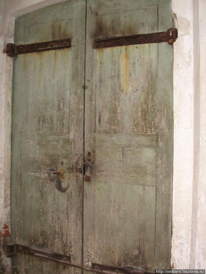 Дверь на 2 этаж храма. Туда могут пропустить посмотреть, если попросить ключи  в поселье Введенского монастыря.