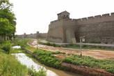 Стены города окружены рвом шириной в 3,3 метра и глубиной в 3,3 метра