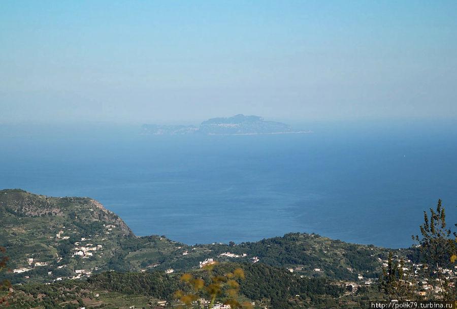 На горизонте Капри.