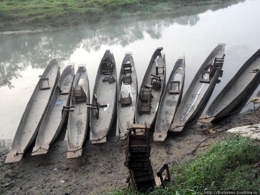 На таких лодках долбленках мы отправились на прогулку по реке.