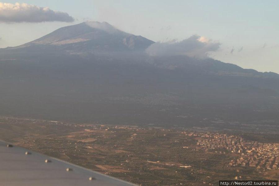 За 5 минут до посадки в Катаньи. Громада Этны в облаках.
