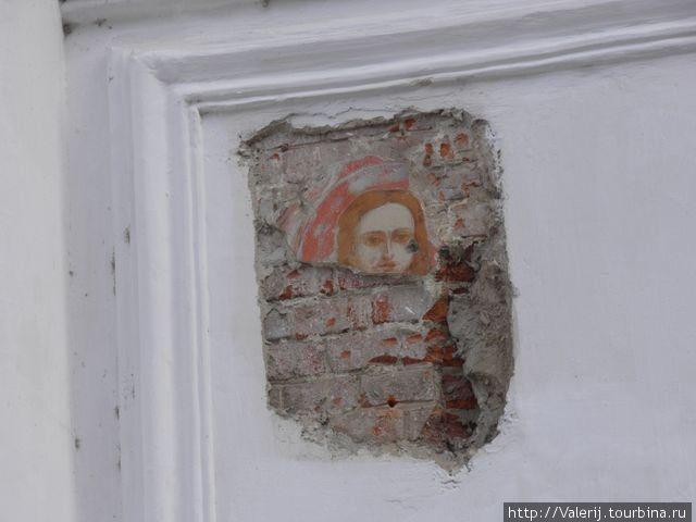 Остатки старых росписей на внешней стене собоа Успения Святой Богородицы