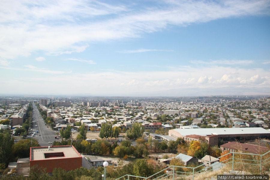 вид на город из крепости, красноватый квадрат внизу слева — сам музей