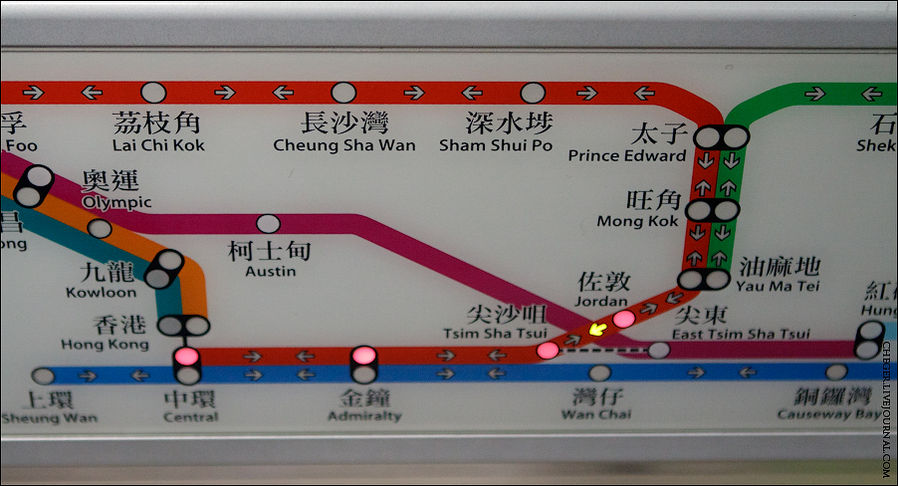 Над каждым выходом висит карта станций с подсвечивающимся перегоном и следующей станцией.