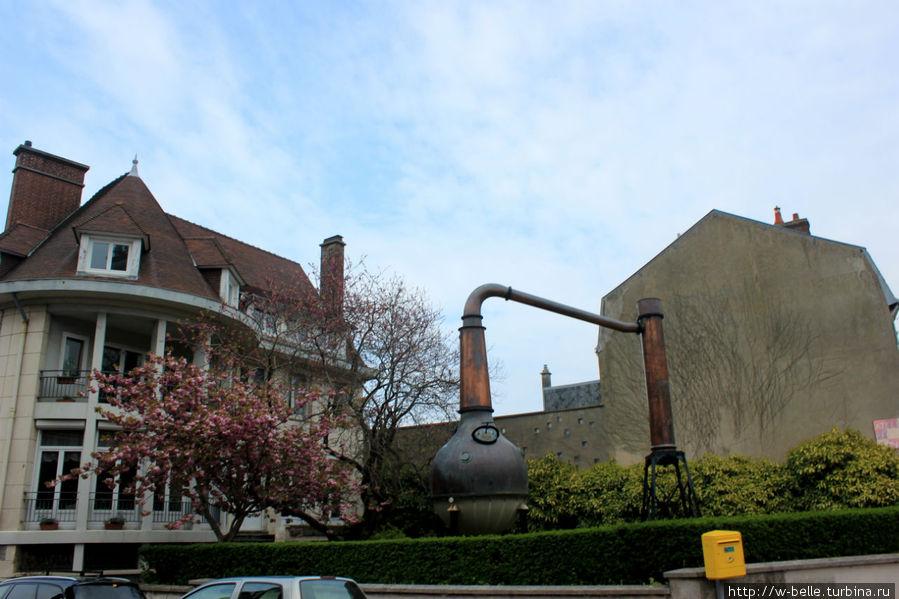 Еще один памятник самогонному аппарату с другой стороны здания.