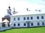 Панораму усадьбы дополняет построенная Ф.А. Грибоедовым в 1759 – 1767 гг. Казанская церковь с трёхъярусной колокольней и трапезной