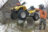 Герметизация повреждений колес при помощи специальной жидкости. Закачали жижу в колеса через ниппели, и надо покрутить колеса, чтобы жижа хорошенько распределилась внутри покрышек.