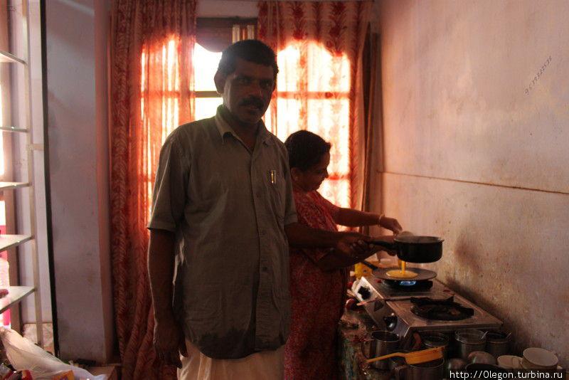 Добродушные хозяева кафе-магазина в процессе приготовления блюд