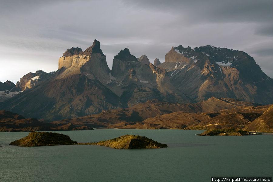 Торрес дель Пайне. Неподражаемая геометрия Куэрнос. Вид с озера Пеое.