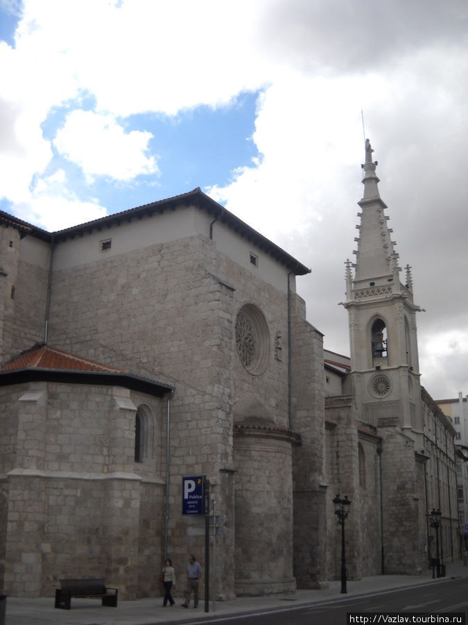 Вид на церковь с набережной