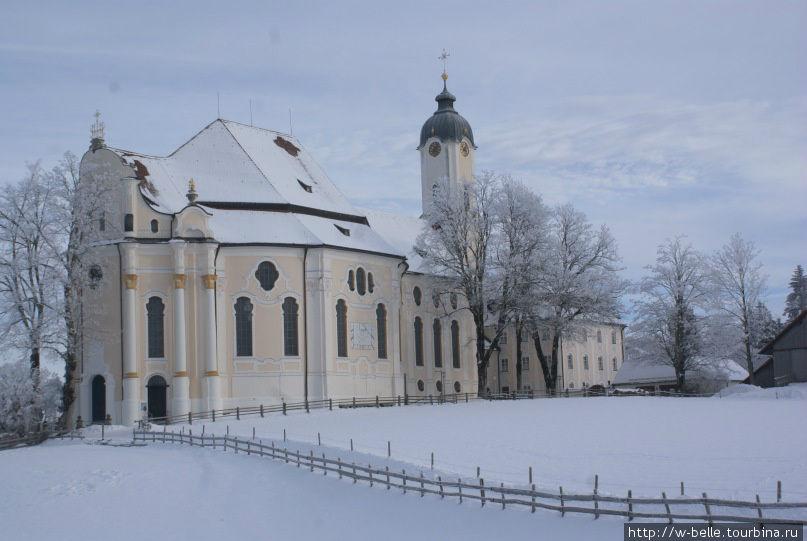 Вот такой я ее увидела впервые: одинокая белая церковь на огромной, засыпанной снегом поляне.