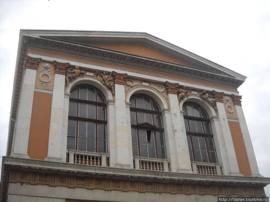 Всё это красиво, а стекло на фасаде всё-таки выбито — разруха...