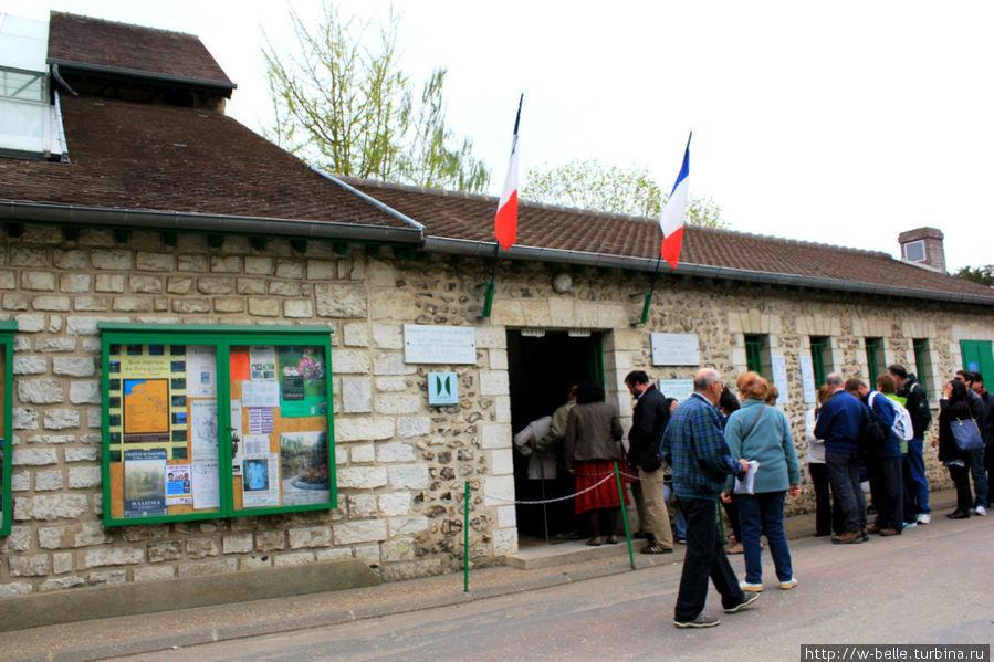 Вход в сад и дом — музей Клода Моне.