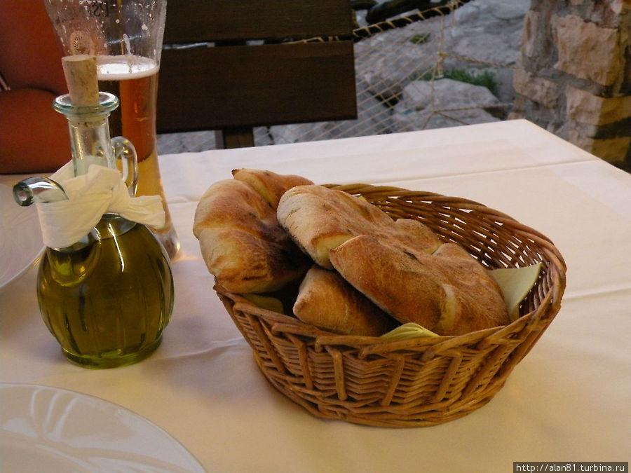 Свежеиспеченный хлеб и домашнее оливковое масло