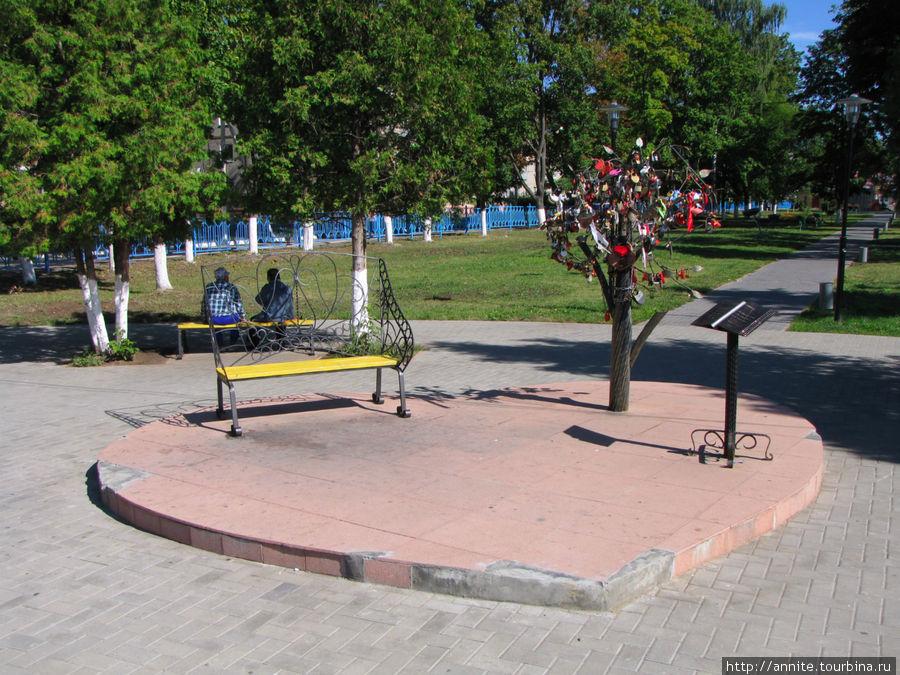На площадке в форме сердца расположились уютная скамейка,