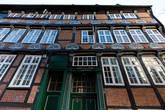 Трехэтажный, очень широкий (а раньше был еще шире!) Traufenhaus (что-то типа «Карнизный дом» или «Дом водосточного желоба»). Дом по адресу Bäckerstr. 1-3 был построен в 1590 году для богатого торговца сукном. Великолепный ренессансный фасад. Здание украшают 26 резных «полусолнц» (заметьте, не полумесяцев!) (вообще, надо сказать, это довольно характерная деталь для здешней архитектуры):