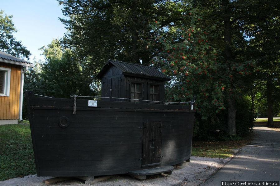 корабль-памятник на территории зоопарка