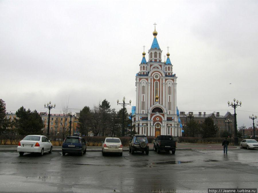 Вот и Комсомольская площадь со стоящим посреди храмом.