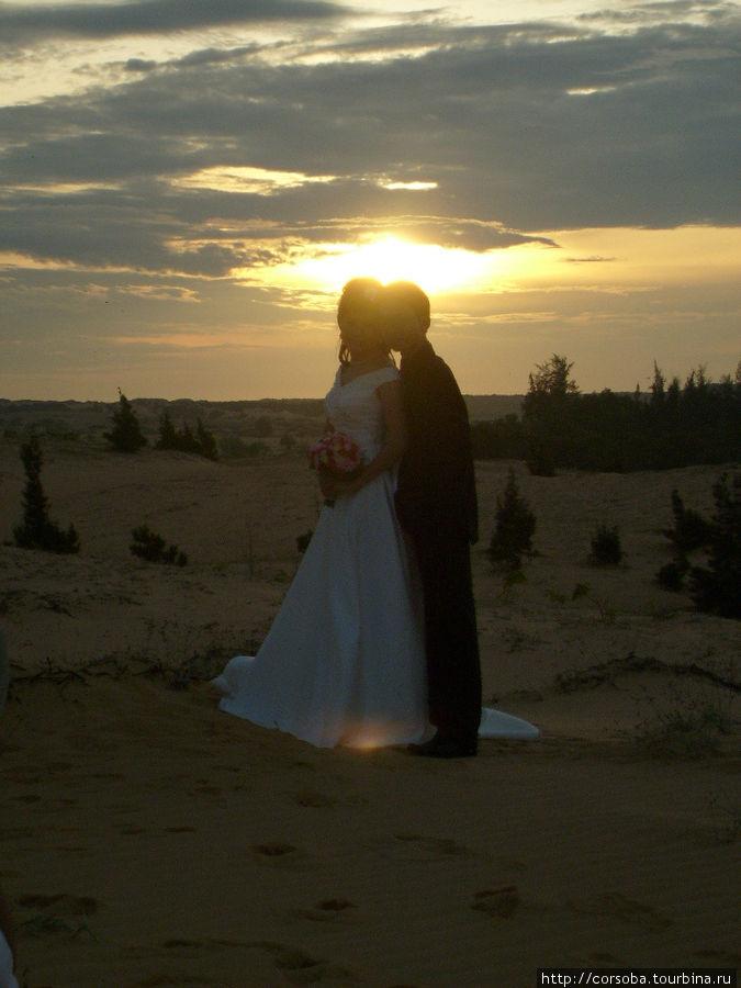 Это свадебная фотосессия в дюнах — принято с восходом солнца встречать семейную жизнь!
