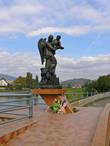 Скульптурная композиция посвященная наводнению 1998 года.
