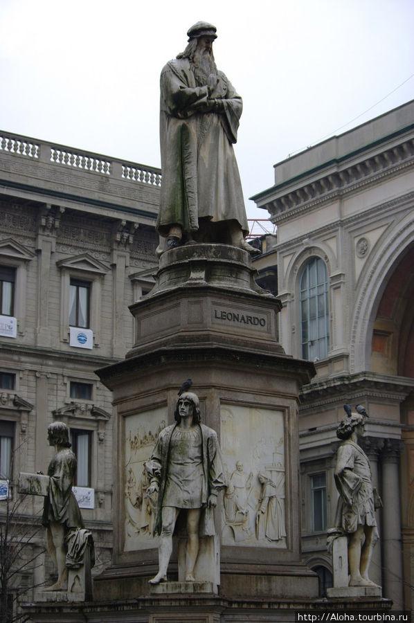 Памятник Леонардо да Винчи с его последоватеями перед зданием театра.