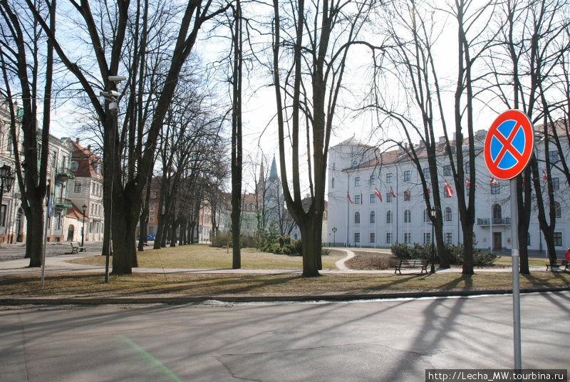 Площадь перед Домом Прави