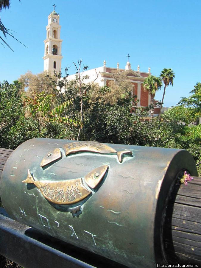 Деревянный мост, украшенный знаками зодиака. Здесь можно загадывать желания. Яффо, Израиль
