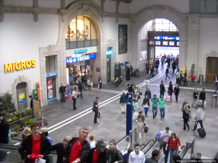 Подъём на платформы и вход на вокзал вдалеке; с левой стороны проход во французскую часть вокзала
