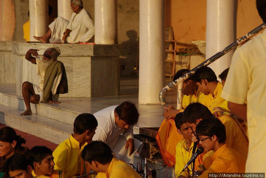 Подготовка к вечерней церемонии аарти Ганга