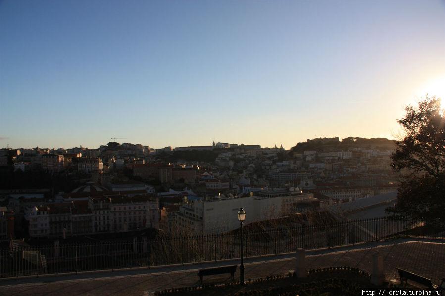 Лиссабон. Вид с miradouro de São Pedro de Alcântara