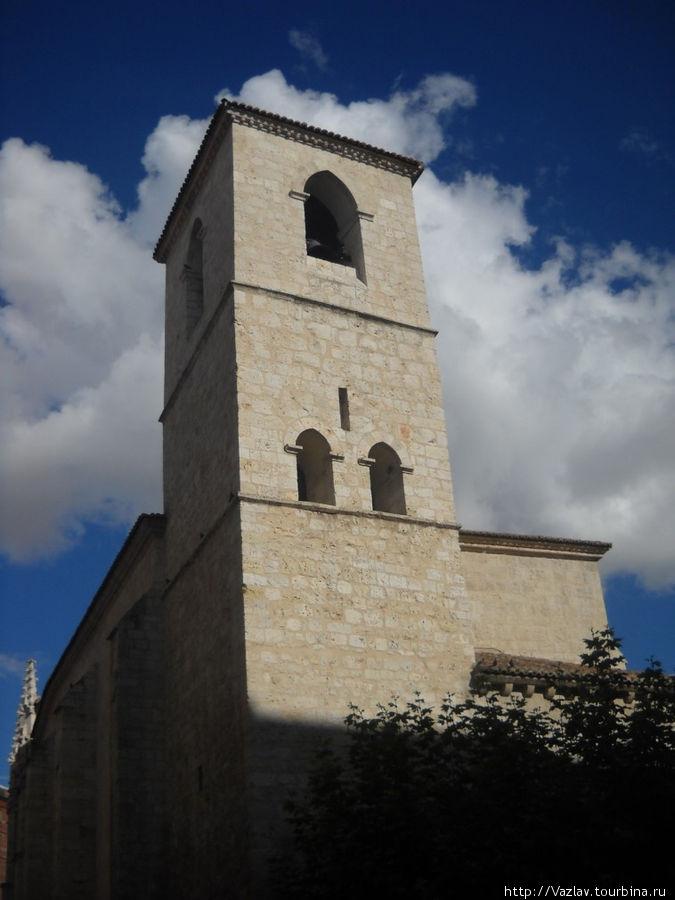 Церковная колокольня — больше похожа на крепостную башню