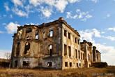 Как и все заброшенные здания такого рода этот дворец был полностью разобран на «полезные ископаемые».