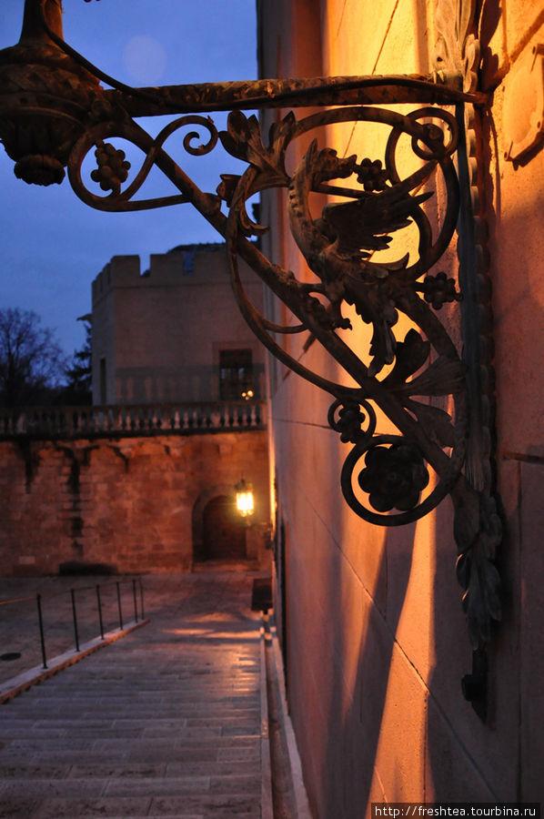 Фонари Большой лестницы во внутреннем дворе замка.
