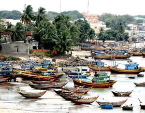 Рыбацкая бухта в нескольких километрах от Муйне — это место, где можно увидеть много-много  лодочек и лодок разных мастей и размеров, без которых местное население не представляет себя. Тот, кто не занят в турбизнесе, занимается рыболовством